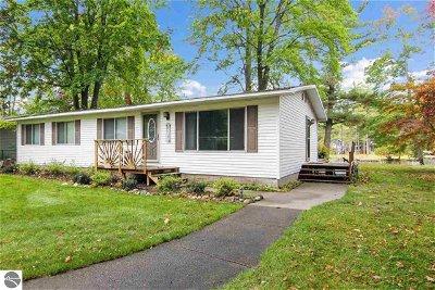 Kalkaska County Single Family Home For Sale: 8037 Aarwood Trail